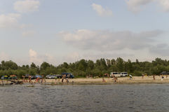 航行的人们休息和 在其中一的夏天海滩河Desna河岸  Oster,乌克兰 Juny 17日2017年 库存图片