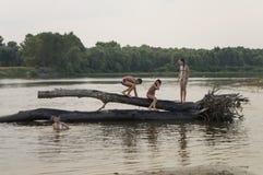 航行的人们休息和 在其中一的夏天海滩河Desna河岸  Oster,乌克兰 Juny 17日2017年 库存照片