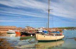 航行的和渔船,康沃尔郡 免版税图库摄影