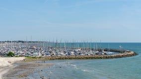 航行的游艇口岸 港口由石头包围 顶视图 海运横向 库存照片