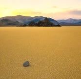 航行石头在跑道,死亡谷 图库摄影