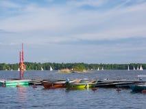 航行竞争和小船在晴朗的湖的小游艇船坞 免版税库存照片