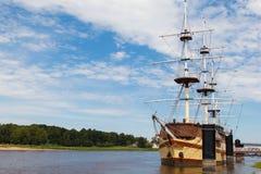 航行美丽的船被停泊对在云彩背景的岸  库存图片