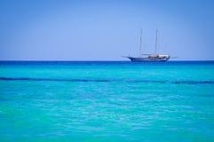 航行船在天蓝色的海运(Mondello、巴勒莫、西西里岛,意大利) 免版税库存照片