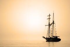 航行被定调子的乌贼属船 免版税库存照片