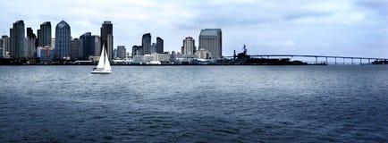 航行远离城市 免版税库存图片
