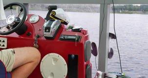 航行通过河 Capitan驾驶巡洋舰 影视素材
