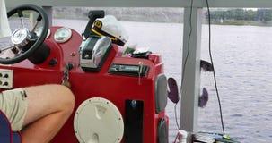 航行通过湖 上尉驾驶巡洋舰 影视素材