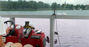 航行通过湖 Capitan驾驶巡洋舰 影视素材