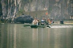 航行通过Nihn Bihn洞,越南 免版税库存照片