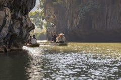航行通过Nihn Bihn洞,越南 免版税图库摄影