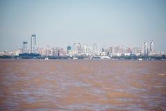 航行里约de la Plata河,布宜诺斯艾利斯城市 阿根廷 免版税库存图片