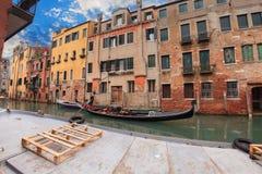 航行长平底船在码头附近的威尼斯 免版税库存照片