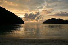 航行风景剪影日落的小船 库存图片