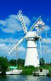航行风车的小船 免版税库存照片