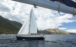 航行 乘快艇在多云天气 豪华游艇 旅行 免版税库存照片