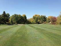 航路在秋天,在高尔夫球场 库存照片
