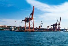 航运港和起重机 免版税库存照片