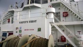 航运船桥的看法 在船的甲板的两个地板 台阶和转折 绳索停泊 免版税图库摄影