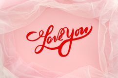 舱内甲板被放置的红色字法爱您与薄纱的时兴的桃红色背景的 卡片,爱的声明 顶视图 最小 免版税库存图片