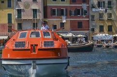 舵手到达与乘客运输的船  库存照片