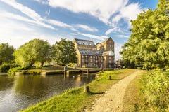 舵手在河Wey航海碾碎并且锁, Addlestone,萨里,英国,英国 免版税图库摄影