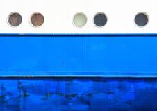 舷窗和船身在白色和蓝色沿海航船背景 免版税图库摄影