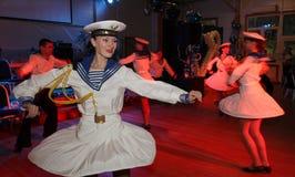 舷窗由舞蹈家执行的水手的舞蹈,圣彼德堡状态音乐厅的马戏团的演员 库存图片