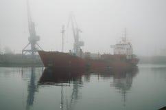 船为装载来了 免版税库存照片