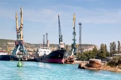货船为装载靠了码头在老港口 生锈的浮体特写镜头 库存照片