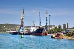 货船为装载靠了码头在老港口 生锈的浮体特写镜头 库存图片
