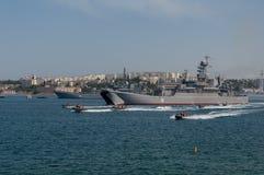船军事游行在海军天在俄罗斯在塞瓦斯托波尔 免版税库存图片