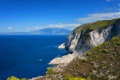 船击毁海滩和Navagio海湾 扎金索斯州,希腊海岛最著名的自然地标在爱奥尼亚海 图库摄影
