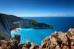 船击毁海滩和Navagio海湾 扎金索斯州,希腊海岛最著名的自然地标在爱奥尼亚海 库存图片