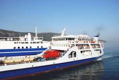 船到来在Igoumenitsa,希腊港的  库存照片