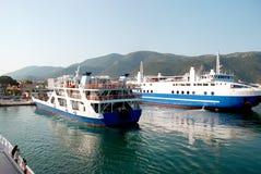 船到来在Igoumenitsa,希腊港的  免版税图库摄影