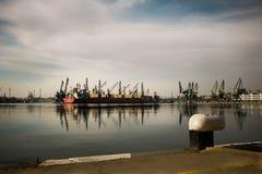 货船到港口,造船厂里 免版税库存图片