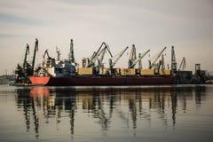 货船到港口,造船厂里 免版税图库摄影