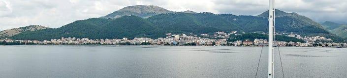 船到达伊古迈尼察,希腊港  图库摄影