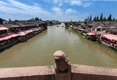 船员乘在运河的中国长平底船运输游人 免版税库存照片
