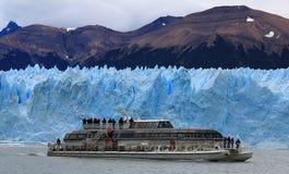 船和一座冰山在背景中 免版税库存照片