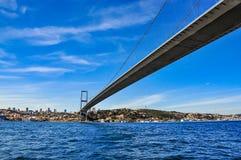 从船和一美好的多云天看见的Bosphorus桥梁 免版税库存图片