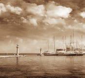 船和人们在Mandraki港口 库存照片