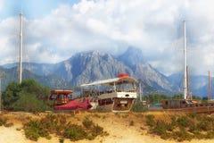 船和小船和山风景 库存图片