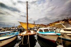 船和小船在小游艇船坞罗维尼 免版税库存照片