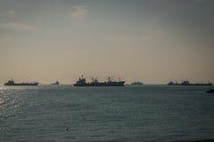 船和小船在港口 免版税库存图片