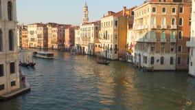 船和小船沿大运河航行在威尼斯 影视素材