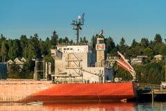 船和小船沿Budd咆哮,皮吉特湾 免版税库存照片