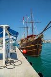 船和小船的加油站在口岸 免版税库存图片