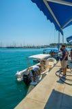 船和小船的加油站在口岸 库存照片